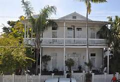View of the front of the Casa De Luces in Florida Keys